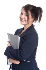 Junge Frau im Büro mit Unterlagen in der Hand, isoliert.