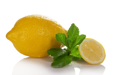 The whole and slice of lemon with mint