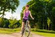 glückliche frau auf dem fahrrad