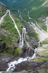Route de montagne dangereuse