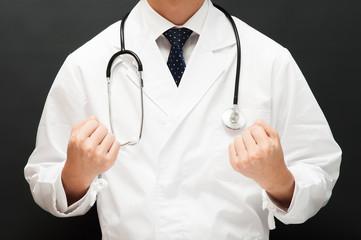 診察する白衣の医者