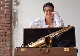 Frau mit Saxophonekoffer
