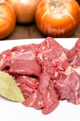 Rohes HIrschfleisch und Zwiebeln