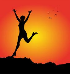 silhouette femminile che esulta al tramonto