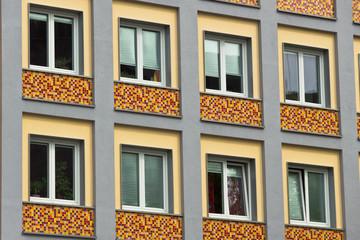Hausfassade mit Verzierung 60er-Jahre
