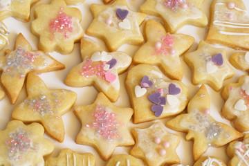 Weihnachtsplätzchen - Ausstecher aus Mürbeteig mit Zuckerglasur