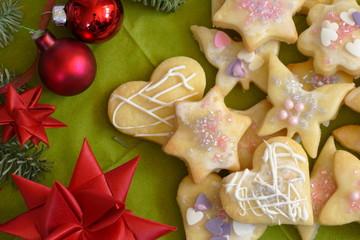 Weihnachtsgebäck - Mürbeteigausstecher Zuckerglasur auf grün