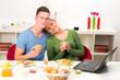 glücklich verliebtes paar beim frühstück