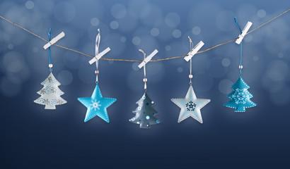 decorazioni natalizie appese sfondo blu