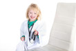 Mädchen spielt Arzt und lacht