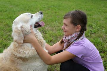 Mädchen schmust mit einem Hund