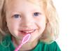 Mädchen mit Zahnbürste lacht
