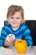 Kind freut sich auf Paprika und Cupcake