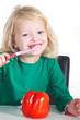 Kind putzt nach dem Essen die Zähne