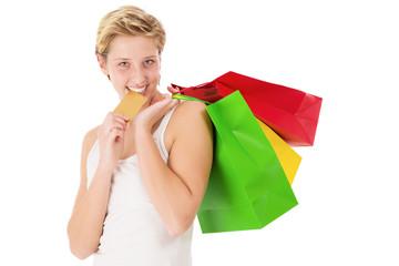 glückliche frau beisst auf ihre kreditkarte