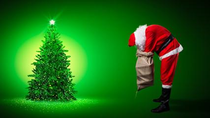 Weihnachtsmann will Geschenke unter Weihnachtsbaum legen