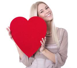 Glückliche junge Frau isoliert mit Herz in Rot
