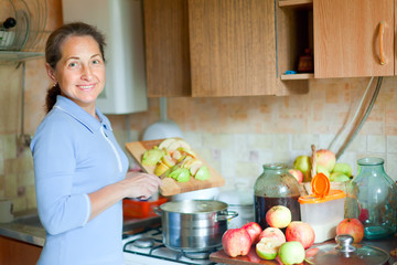 woman cooks applesauce jam