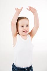Lachender Junge mit nach oben gestreckten Armen
