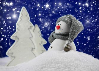 Schneemann in verschneiter Winterlandschaft