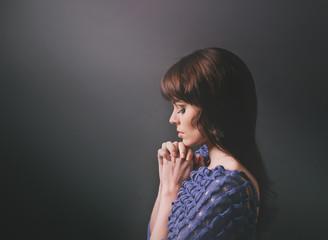 Молодая девушка за молитвой