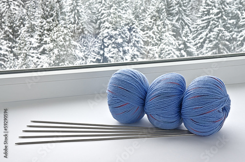 Blue skeins are on the windowsill