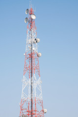Telecommunication mast with microwave link antennas over a blue