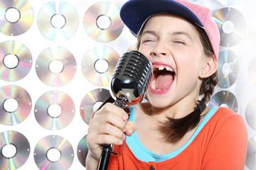 Śpiewająca  dziewczynka w pomarańczowej czapce