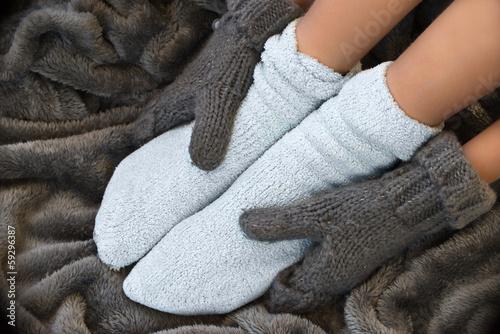 canvas print picture Pieds en chaussettes dans une couverture