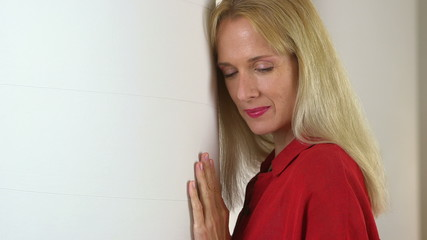 Close up of mature woman leaning against pillar