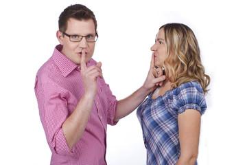 Paar mit Finger an den Lippen - Ruhe - couple quiet