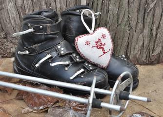 ancien chaussures de ski dans décor rustique