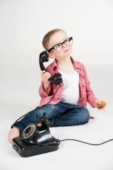 Kleiner Nerd am Telefon