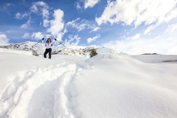 Ragazza con le braccia in alto in montagna con neve