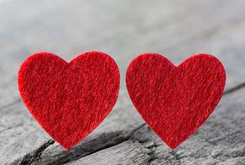 Liebe: zwei rote Herzen als Grußkarte zum Valentinstag
