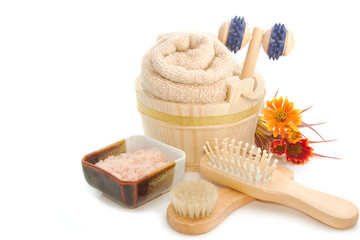Wooden bucket with SPA accessories with Himalayan Salt scrub
