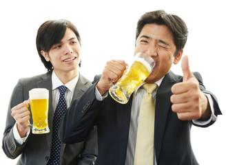 乾杯する二人のビジネスマン