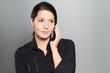 Attraktive Frau hört einem Gespräch am Telefon zu