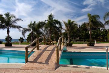 Palmengarten am Strand, mit der Brücke