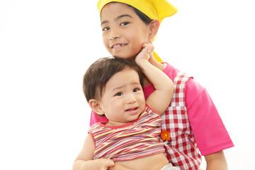 泣いている赤ちゃんとお姉ちゃん