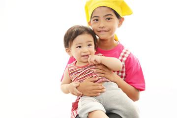 赤ちゃんと笑顔のお姉ちゃん