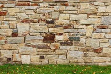 Hintergrund Bruchsteinwand mit herbstlicher Wiese