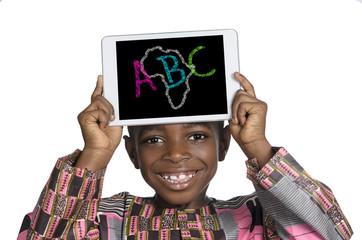 Afrikanischer Junge mit Minitablet ABC