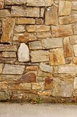 Hintergrund Bruchsteinwand mit Betonboden