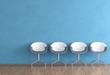 Stühle vor blauer Wand