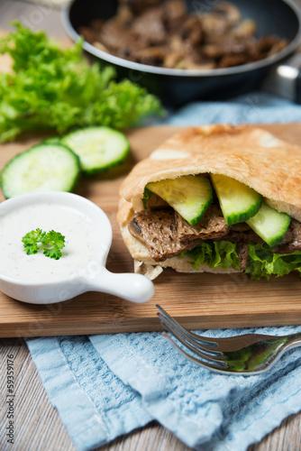 Dunkles Sojafleisch und Salat im Fladenbrot