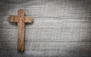 Trauerkarte mit Kreuz aus Holz als Hintergrund