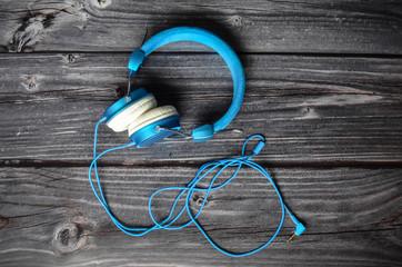 Kopfhörer blau Holztisch