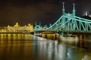 Budapest Gellertbad Freiheitsbrücke beleuchtet