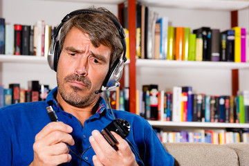 Mann ist ratlos, wie er die Webcam installieren soll